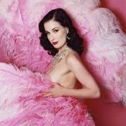 她,当今世上最知名的脱衣舞娘,她舞姿骚而不俗,露而不low,正如她自己... ...