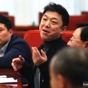 李克强:黄渤同志,请你不用念稿子,直接提问题