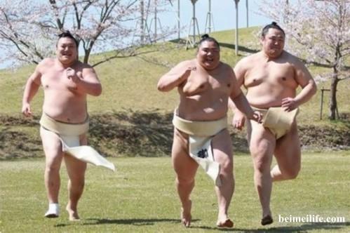 """3位健儿露出灿烂笑容,展现平易近人的一面,他们一起开心奔跑、整齐跳跃,更即场在园内作出""""到肉""""的练习 ..."""