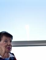 她当空姐60年 81岁还在飞机上服务