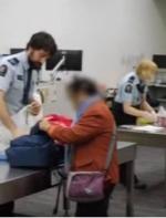 中国留学生遭加拿大海关全扣,小动作全被拍下来了……