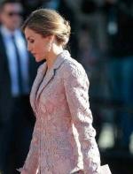 用皇室成员们的穿搭告诉你:这些元素让你拥有经典的时尚