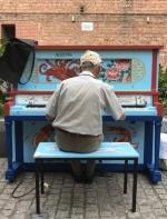 墨尔本街头随意放了21架钢琴 结果神奇的事发生