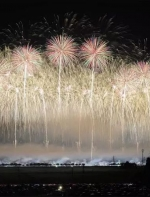 他跑去日本各地给夏日花火大会拍照…简直美到窒息…