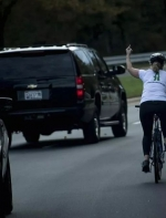 美国言论自由?那个向总统竖中指的姑娘,被开除了……