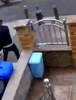 气死了都!华人遭两匪徒持枪入室抢劫,7分钟抬走保险箱