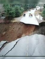 女子驾车坠20米深陷坑险遭活埋:这回死定了!