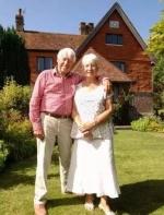 一对年轻人买了英国老夫妻的房子,搬进后惊的说不出话...... ...||国学文化