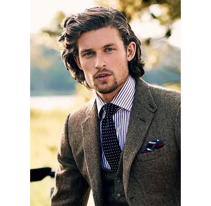 西装配条口袋巾,让你帅到人抽筋