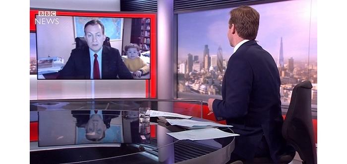 BBC严肃直播朴槿惠弹劾案 遭两名熊孩子乱入抢镜
